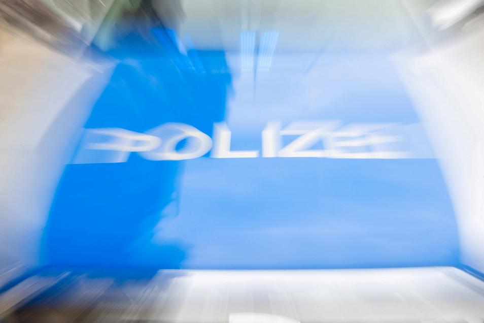 Die Dresdner Polizei ermittelt wegen Beleidigung, Körperverletzung und des Verwendens von Kennzeichen verfassungswidriger Organisationen gegen zwei Männer.