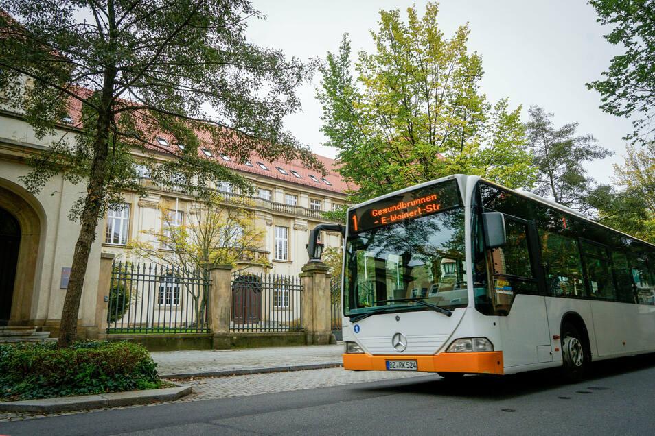 Mit dem Bus zur Arbeit ins Landratsamt: Mitarbeiter der Behörde können für die Nutzung öffentlicher Verkehrsmittel auch künftig kein Jobticket nutzen. Der Bautzener Kreistag stimmte dagegen.