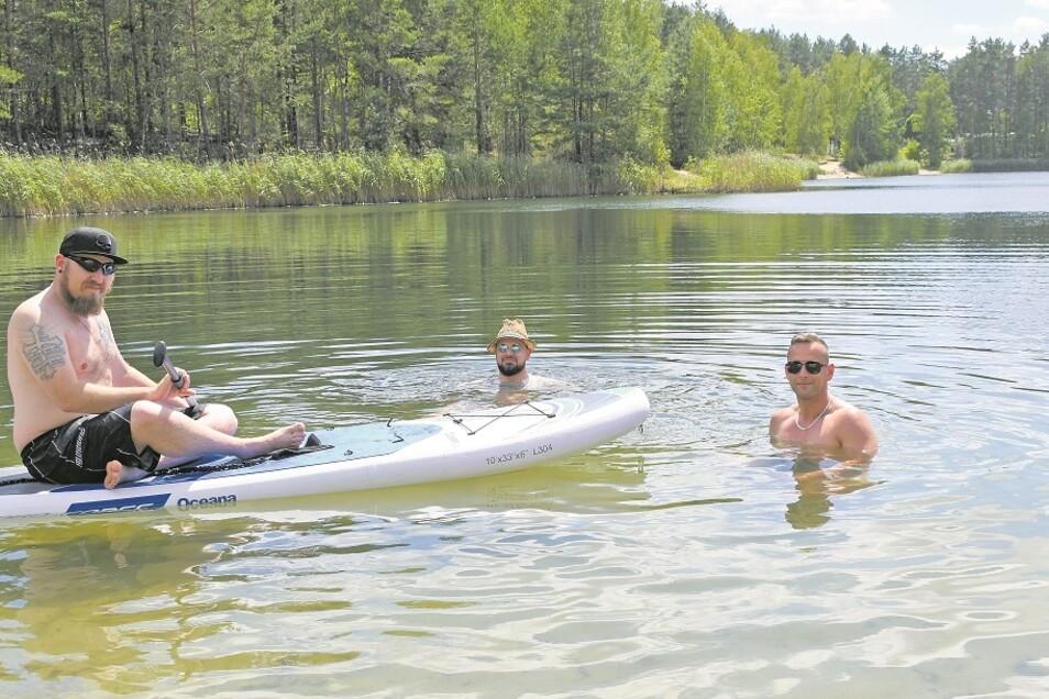Die Männer aus Groß Düben, Schleife und Weißwasser genießen das Badevergnügen im ruhigen, idyllisch gelegenen und klaren Waldsee bei Groß Düben.