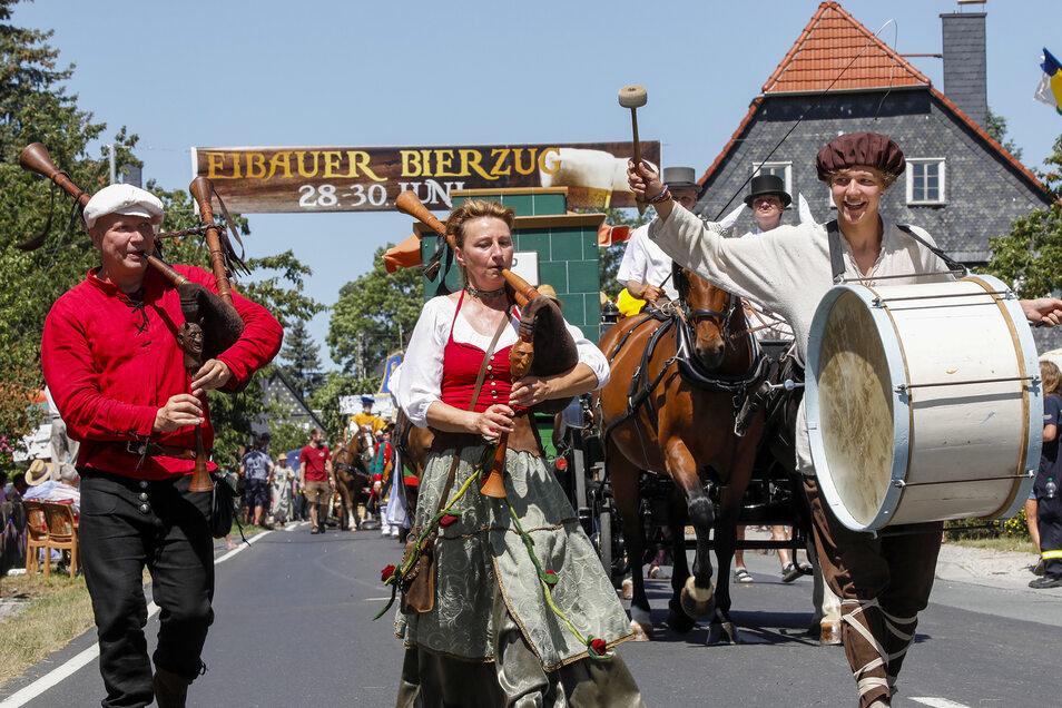 Mit Pauke und Dudelsack kam der 27. Eibauer Bierzug auch mit exotischen Klängen daher.