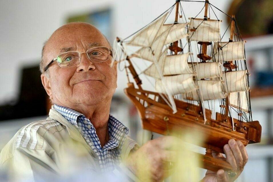Bruno Jezek mit dem Modell des Schiffes, auf dem er zuerst als Seemann tätig war.