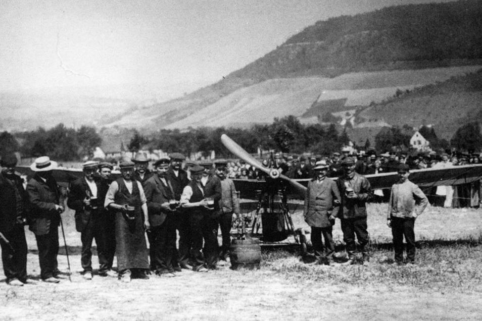 1911: Notlandung von Flugpionier Hans Grade (2. v. r.) auf Niederhäslicher Flur. Einheimische Handwerker konnten die aufgetretenen Schäden an der Maschine über Nacht beheben.