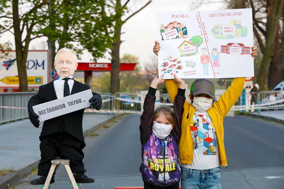 Karolina und Kamil leben in Zittau und Porajow und gehörten gestern Abend mit ihrer Mutter zu den wenigen, die an der deutsch-polnischen Grenze in Zittau gegen die Grenzschließung protestierten.