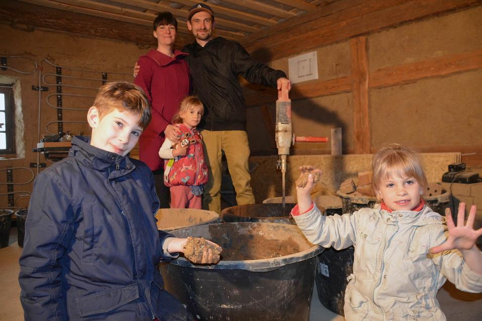Familie Tillmann und der Lehm: Das Gemisch aus dem natürlichen Material wird als Dämmstoff verwendet.