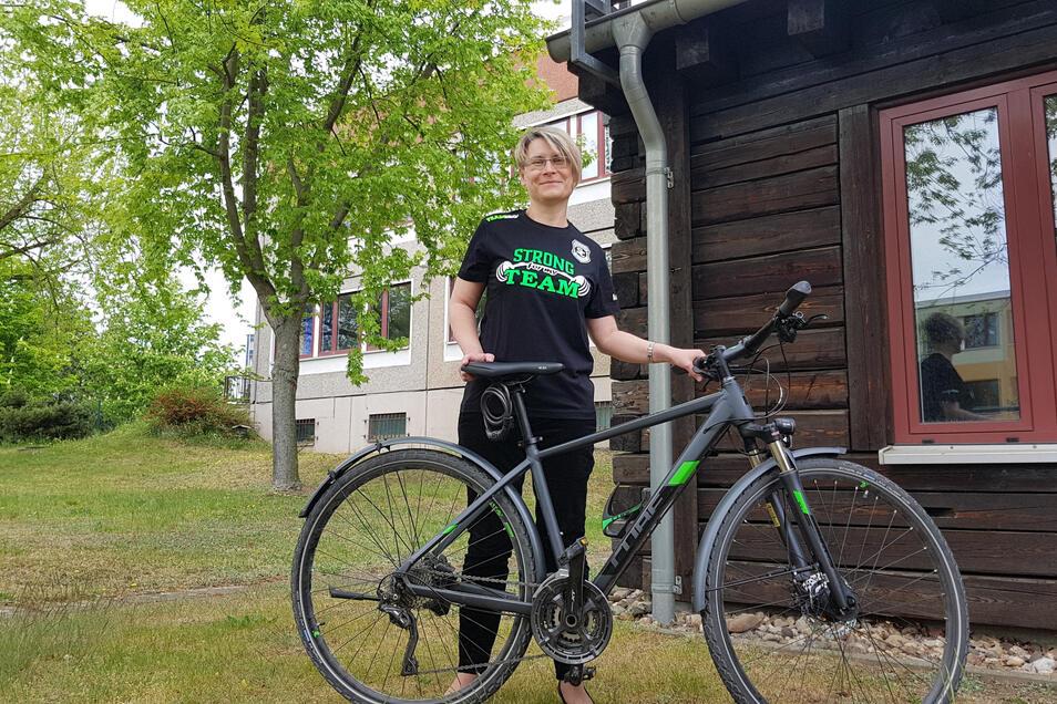 Radfahren unter freiem Himmel geht derzeit - aber Mannschaftssport? Beim SC Riesa ist man froh, dass die Mitglieder zum Verein halten und ihm etwa durch den Kauf von Unterstützer-Shirts helfen - so wie es Präsidentin Annekathrin Aurich trägt.