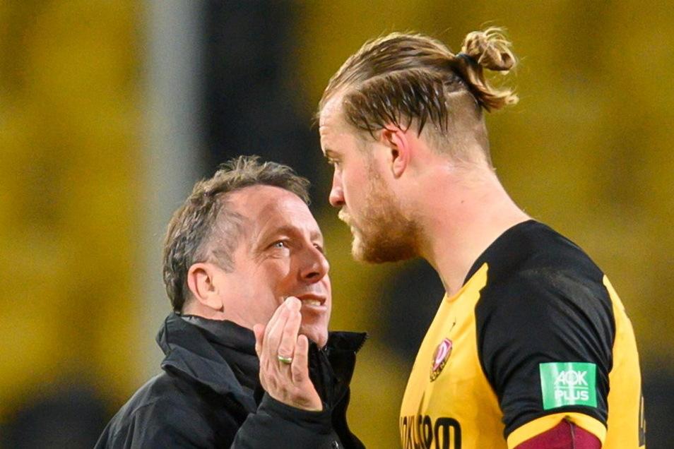 Dynamos Trainer Markus Kauczinski klatscht nach dem 1:0 Sieg gegen Wiesbaden mit Sebastian Mai ab.