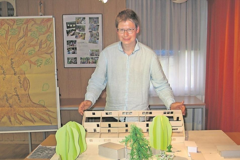 Randolf Rotta mit einem Modell der künftigen Station Junger Naturforscher und Techniker. Der gebürtige Weißwasseraner leitet selber Arbeitsgemeinschaften und Ferienprojekte. Als Stifter engagiert er sich jetzt dafür, dass sich in der Stadt auch künft