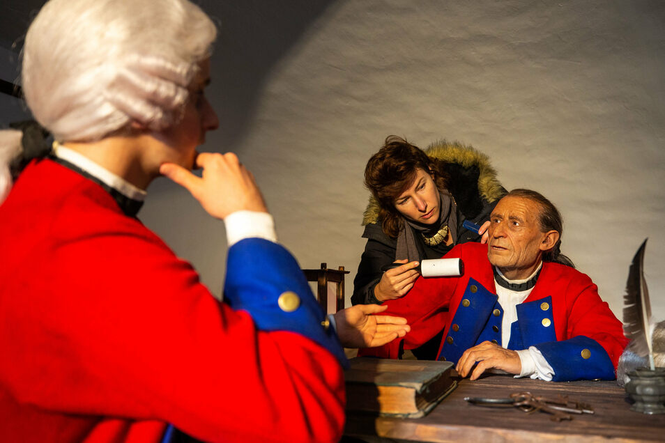 Maskenbildnerin Lisa Büscher mit zwei ihrer lebensechten Figuren.