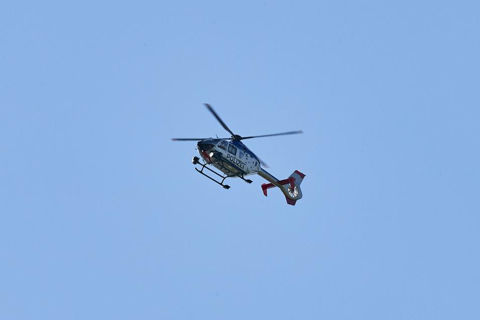 Ein Polizeuhubschrauber kreiste am Montag fast 20 Minuten über Sebnitz.