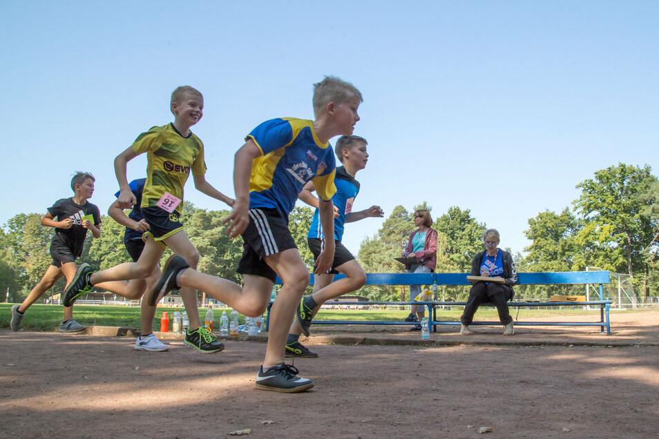 An drei Tagen wird in Mücka gelaufen. Die Schüler der 5. und 6. Klassen der Comenius-Oberschule drehten am Dienstag ihre Runden um den Sportplatz für einen guten Zweck.