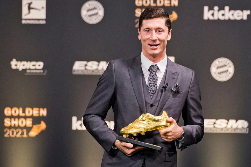Robert Lewandowski mit seiner neuesten Trophäe: dem «Goldenen Schuh 2021».