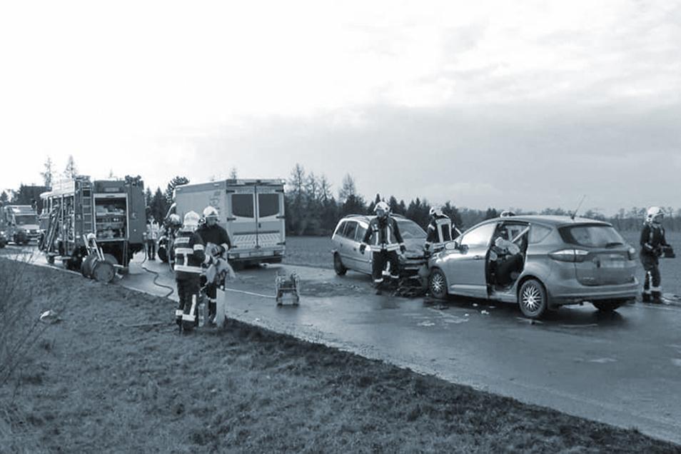Ein Foto zeigt den schweren Unfall Anfang 2020 nahe des Frauenhainer Ortsausganges. Tage nach dem Frontalcrash war eine der Beteiligten im Krankenhaus gestorben.