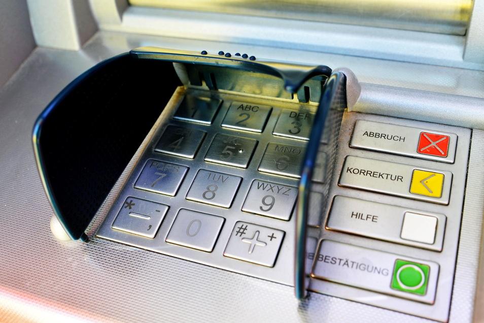 Durch technische Veränderungen an Geldautomaten gelang es vier Tätern unter anderem im Landkreis Bautzen, Geld zu erbeuten. Inzwischen sind die Täter bekannt.