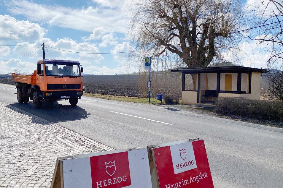 Hier am Feldrand gegenüber der Landfleischerei Herzog in Spitzkunnersdorf wird das neue Veranstaltungs- und Vereinshaus der Gemeinde Leutersdorf gebaut.