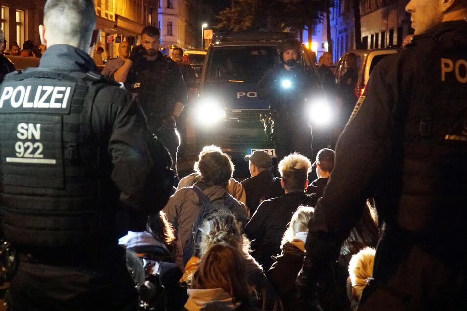 Konfrontation in der Nacht: Polizisten umringen in Leipzig Demonstranten, die spontan gegen die Abschiebung eines abgelehnten syrischen Asylbewerbers demonstrierten und versuchten, den Einsatz zu blockieren.