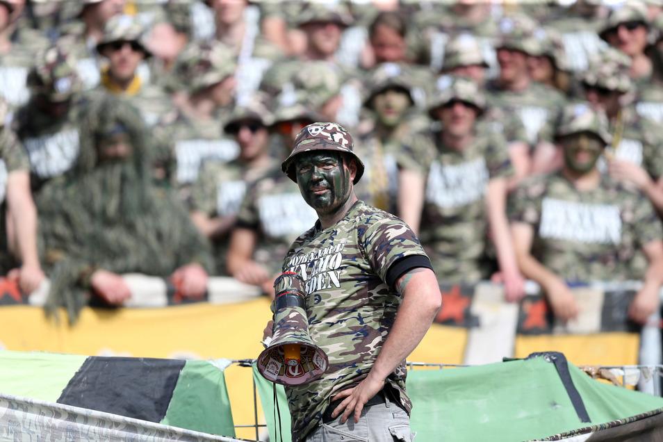 Armee-Look im Stadion: Die Dynamo-Fans wollten auffallen.