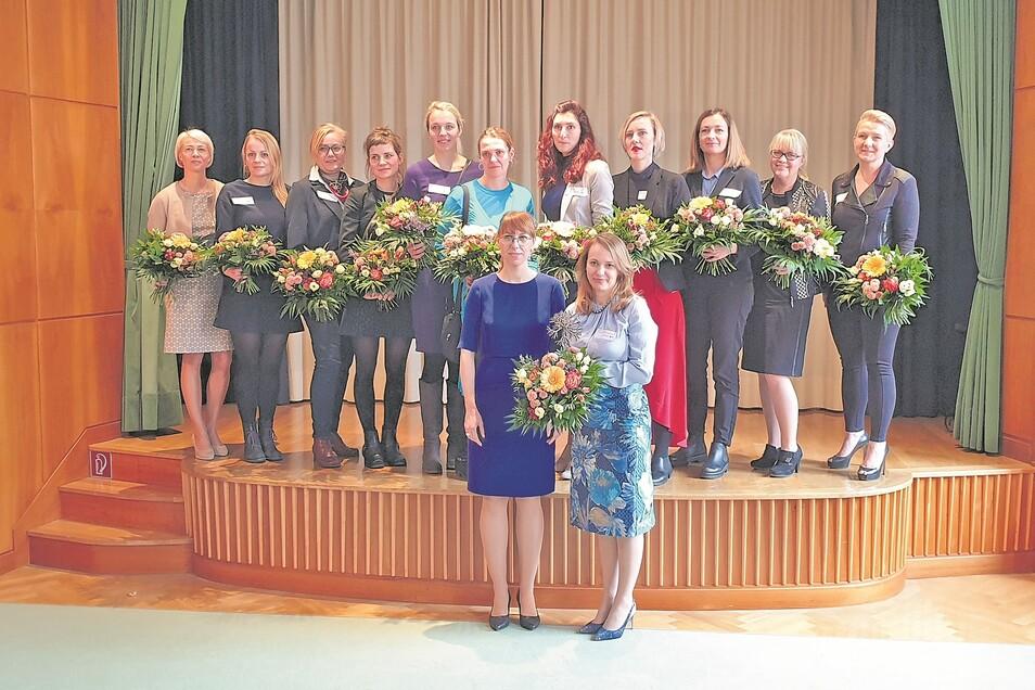 Geballte Frauenpower: Sachsens Justizministerin Katja Meier (Grüne) ehrt die Gründerin des Jahres Maryna Talalayeva (vorn, v. l.)