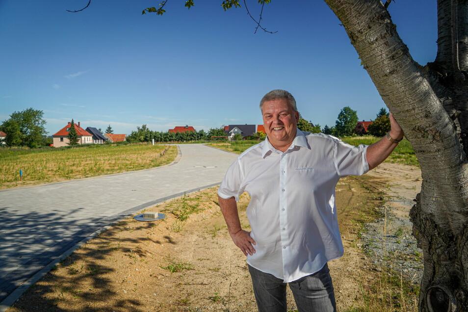 Bauberater Uwe Miska vermarktet das neue Wohngebiet in Oberkaina. Zwei Grundstücke sind schon verkauft, zwei weitere reserviert.