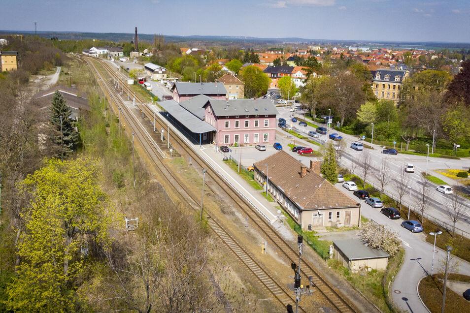 Diese Aufnahme vom Sommer zeigt den Schornstein des Bahnbetriebs-, nicht des Glaswerkes.