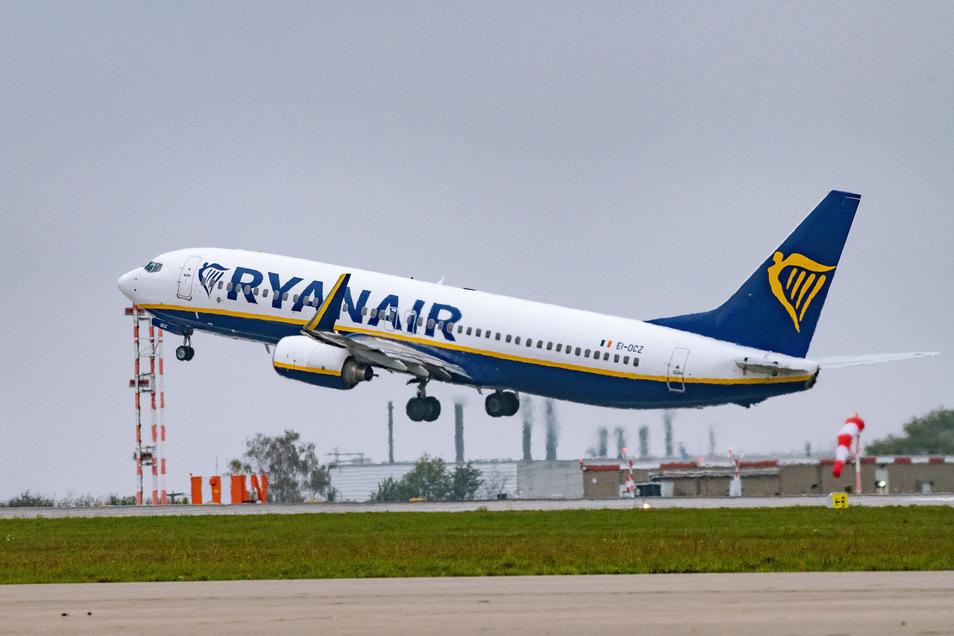 Ein Ryanair-Flugzeug am Dresdner Flughafen: Corona hat auch dem irischen Billigflieger massive Verluste beschert.