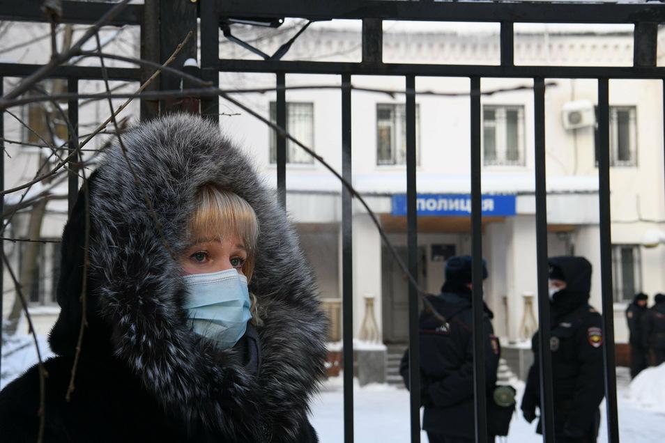 Olga Michailowa, Anwältin von Kremlkritiker Nawalny, der nach seiner Landung in Russland noch am Flughafen festgenommen wurde, steht am Morgen nach der Festnahme vor der Polizeistation in Chimki im Moskauer Gebiet, in die Nawalny vermutlich gebracht wurde
