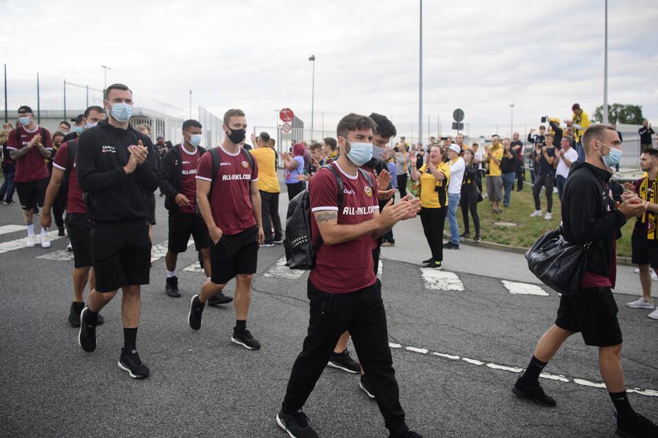 Applaudierendes Spalier: Rund 100 Fans empfingen die Mannschaft am Sonntagabend am Flughafen in Dresden.