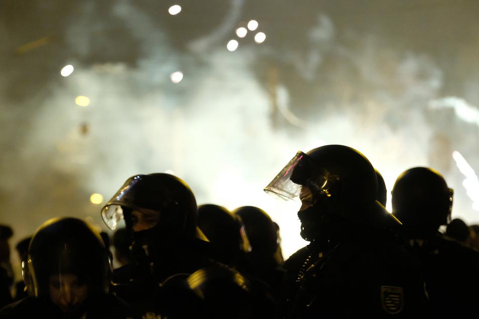 Ein Polizist war in der Silvesternacht im linksalternativen Leipziger Stadtteil Connewitz schwer verletzt worden. Mehrere Menschen hätten Steine, Flaschen und Feuerwerkskörper auf Einsatzkräfte geworfen.