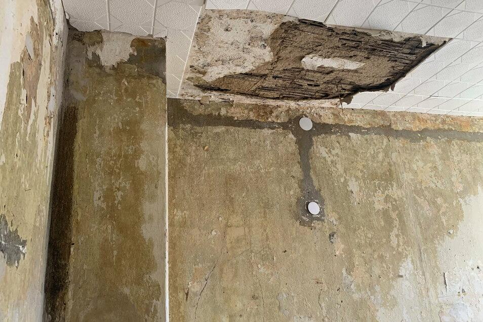 Im Schlafzimmer ist der Schaden mit am größten. Dort sind auch Schäden aus ehemaligen Vorfällen zu sehen.