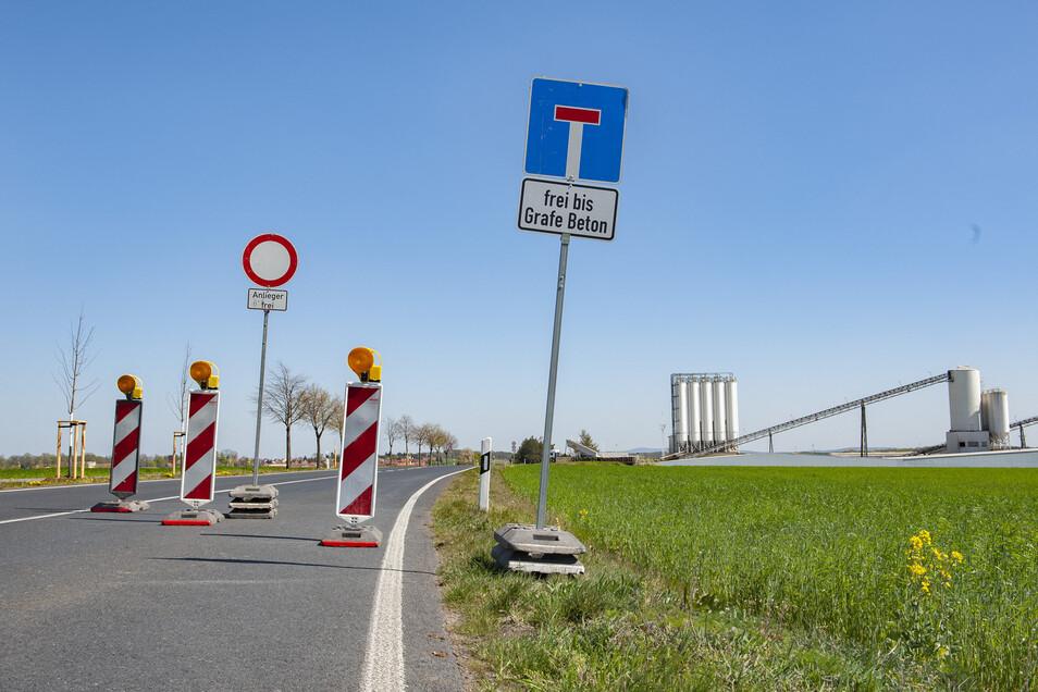 Schon am letzten Abzweig nach Lampertswalde beginnt derzeit die Vollsperrung der B 98 in Schönfeld. Im Hintergrund: Grafe Beton.
