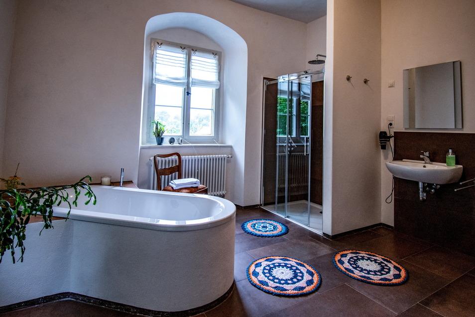 Umrundet wird das Übernachtungsangebot mit einem modernen Bad samt Wanne und Dusche.