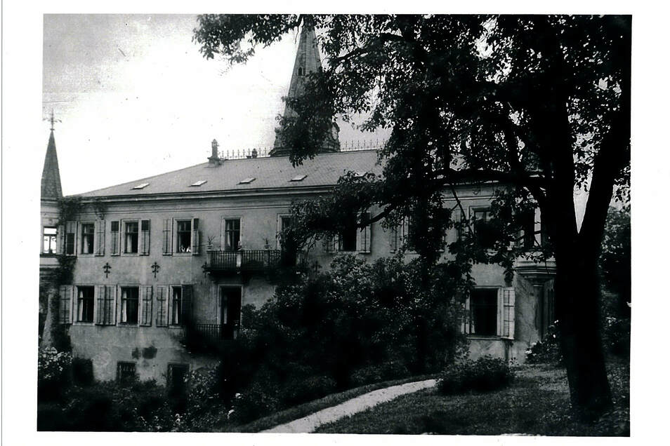 Auf einem Foto um das Jahr 1930 ist das Dach so zu sehen, wie es jetzt wieder hergestellt wird.