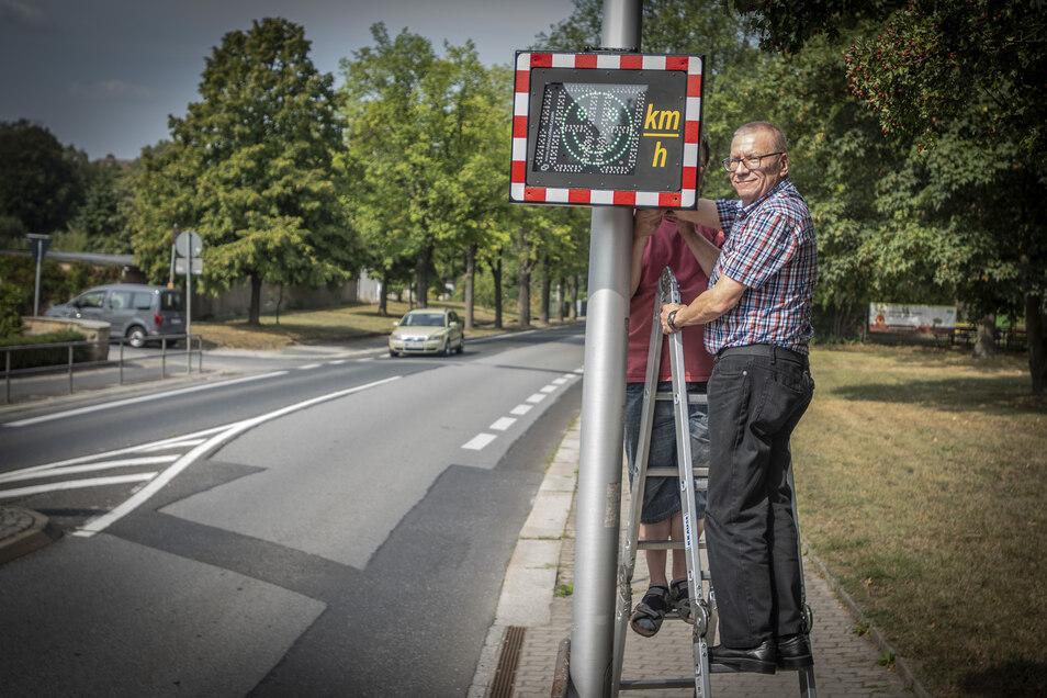 Oberbürgermeister Gerhard Lemm hat an der Heidestraße in Radeberg eine Tempotafel in Betrieb genommen.