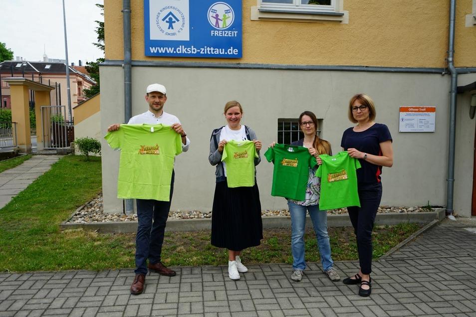 Jana Wunderlich vom Friseurteam Wunderlich und Franziska Hänsel von der Werbeagentur FM-Style haben mit dem CDU-Politiker Stephan Meyer einen Satz Tierpark-T-Shirts an Katja Schönborn vom Deutschen Kinderschutzbund übergeben.