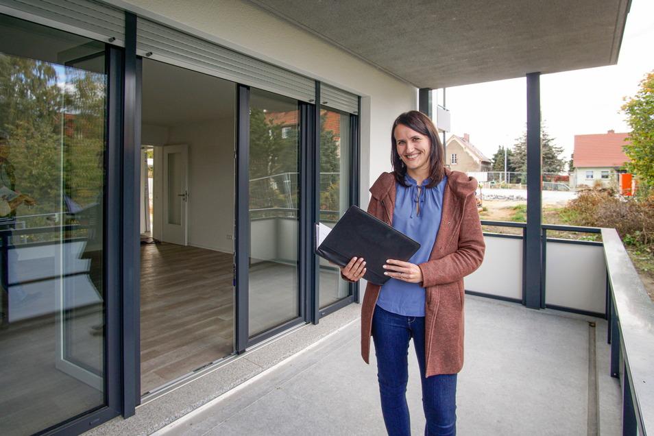 Stephanie Wendt von der Bautzener Wohnungsbaugesellschaft zeigt eine der bereits fertigen Wohnungen in den neuen Häusern an der Flinzstraße. Rund 200 Anfragen gab es für die 18 Wohnungen.