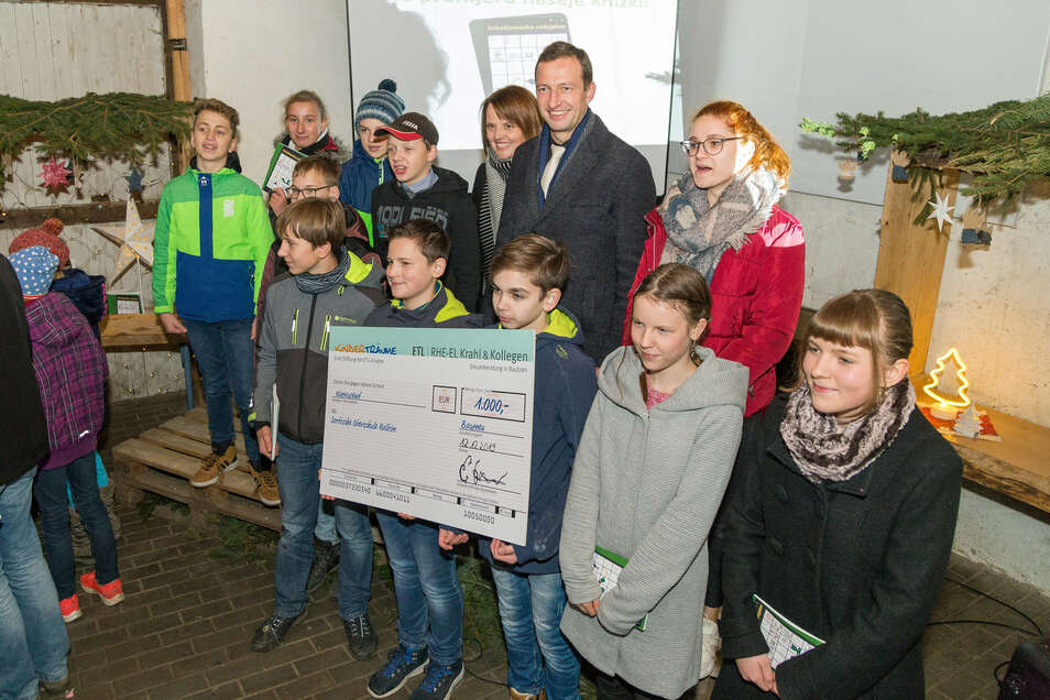 Einen Scheck im Wert von 1.000 Euro erhielt die Sorbische Oberschule Ralbitz. Enrico Krahl aus Schönau übergab das Geld.