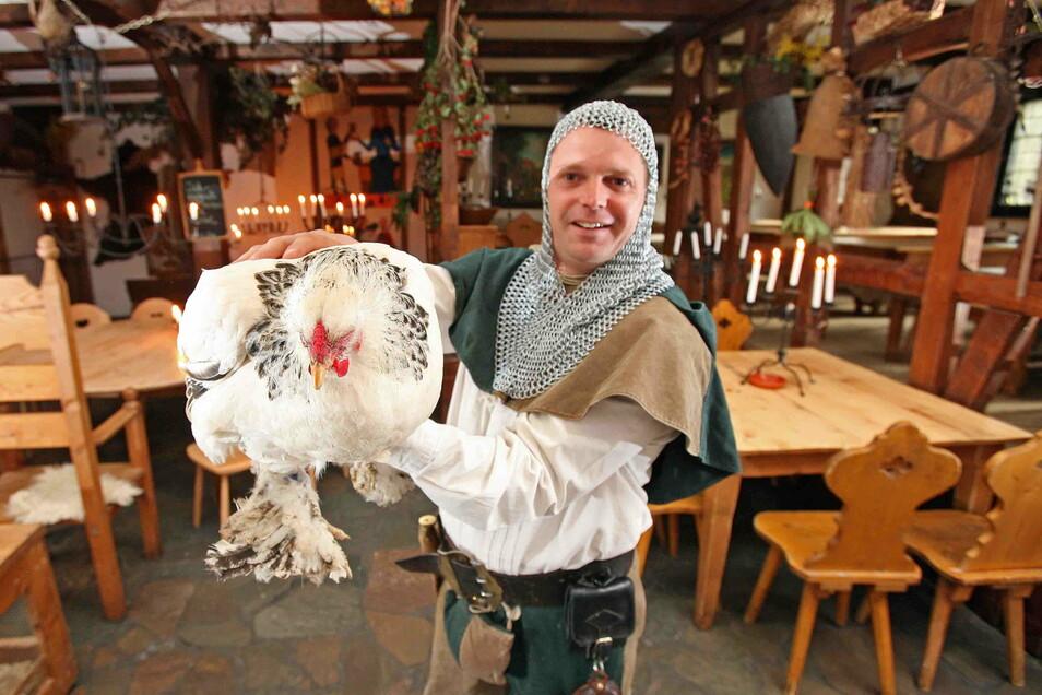 Anno-Domini-Wirt Mario Zichner ist schon lange im Geschäft. Dieses Bild von 2007 zeigt ihn mit Mittelalterkleidung und dem damaligen Gasthaushuhn Elfriede.