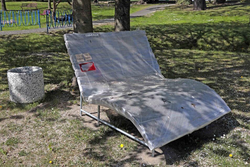 Im Skaterpark wartet jetzt eine solche neue Relaxliege auf Nutzer. Weitere Sitzmöglichkeiten für die Jugend werden aktuell aufgebaut.
