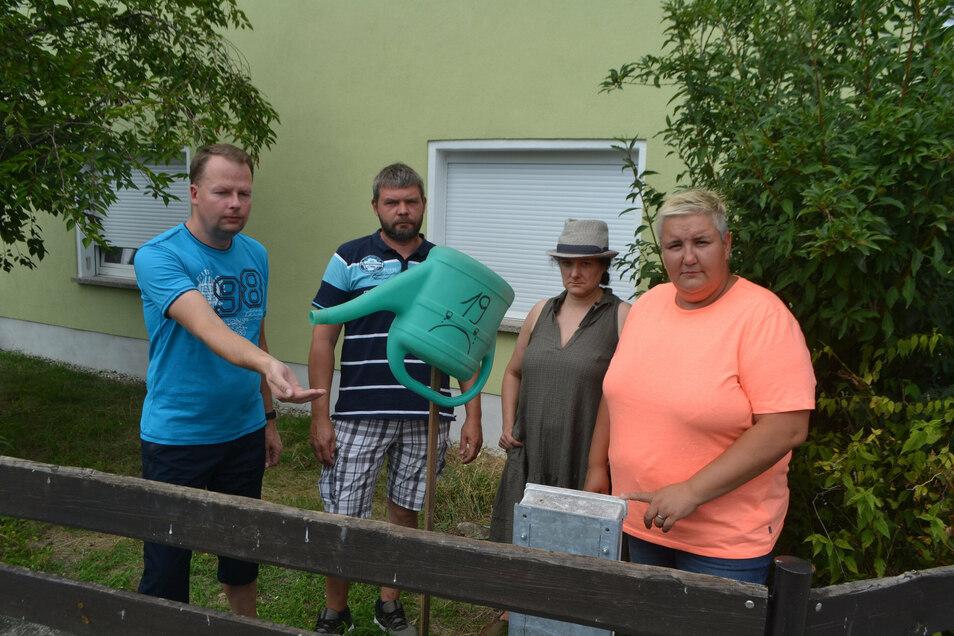 Die Würschnitzer Marcel Sommer, Torsten Ostermann, Elisabeth Lesche und Stefanie Herzog (v.l.) beim Gießkannenprotest.