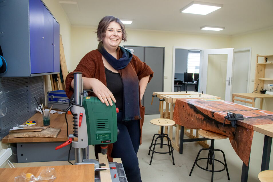 Aline Schulz ist ausgebildete Medienpädagogin und führt das Projekt Makerspace seit Anfang an. Hier zeigt sie die Werkstatt im Jugendzentrum in der Gartenstraße.
