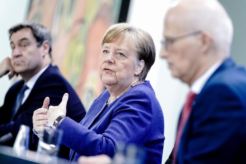 Bundeskanzlerin Angela Merkel (M, CDU), Markus Söder (l, CSU), Ministerpräsident von Bayern und Peter Tschentscher (SPD), Erster Bürgermeister von Hamburg, geben nach der Videokonferenz mit den Ministerpräsidenten der Bundesländer eine Pressekonferenz.