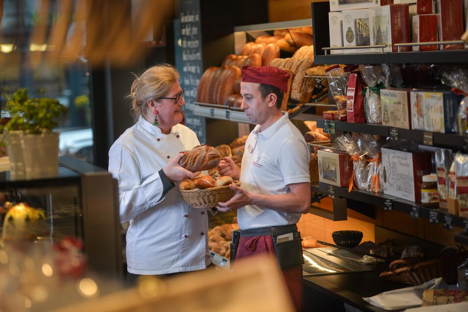 Elisabeth Kreutzkamm-Aumüller, geschäftsführende Gesellschafterin der Dresdner Backhaus GmbH, spricht mit Servicemitarbeiter Abduljabbar Mohamad Dib. Der Syrer arbeitet in der Bäckerei Kreutzkamm in Dresden-Striesen. Zuwanderer stoßen in Westeuropa nicht
