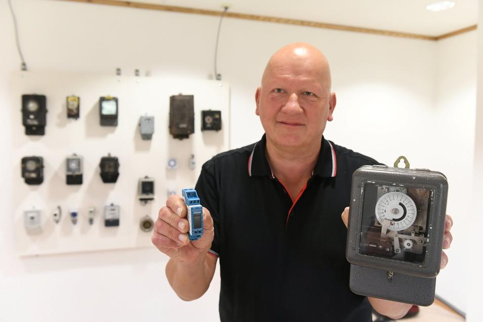 Enrico Korth zeigt eine moderne und eine historische Schaltuhr (rechts). Besucher können sich die Exemplare am Wochenende in einer neuen Ausstellung anschauen.