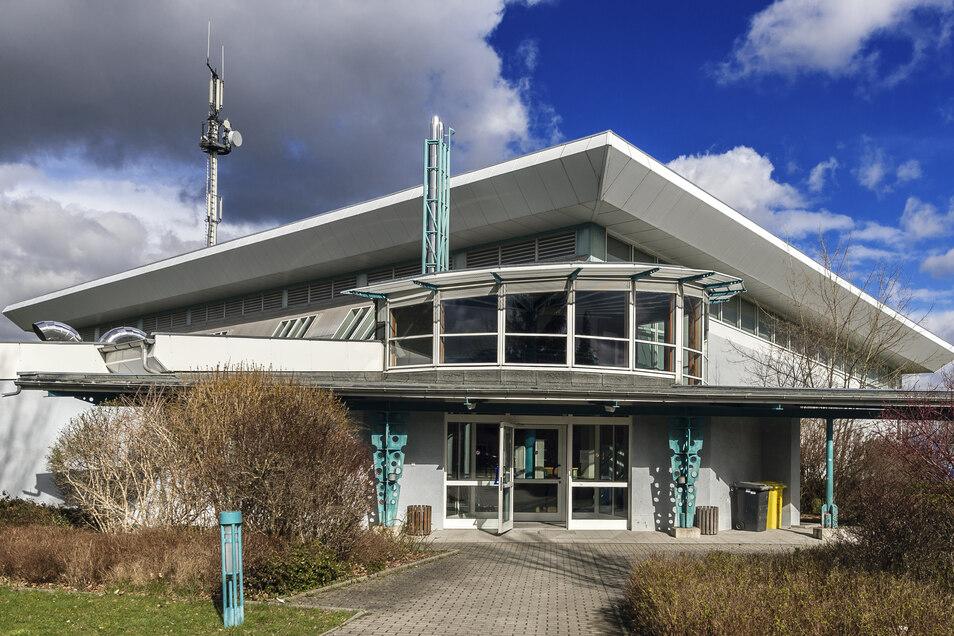 Ein Teil des Daches vom Sport- und Freizeitzentrum in Demitz-Thumitz wurde schon 2017 saniert. Jetzt soll die zweite Hälfte an die Reihe kommen.