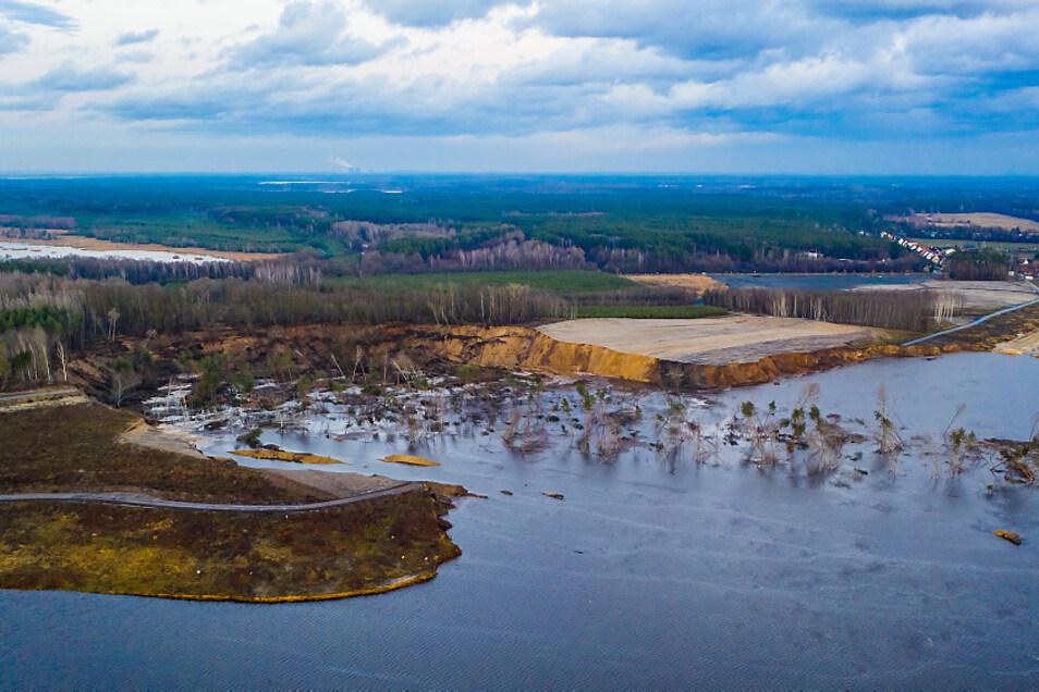 Einen Riesen-Trichter im Ostufer des Knappensees hinterließ die Rutschung am 11. März. Dieses Ereignis machte der Seefreigabe 2022 einen Strich durch die Rechnung.