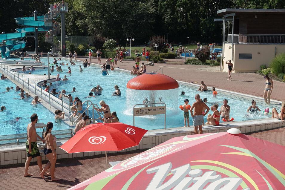 Andrang herrschte am Freitag im Döbelner Freibad. Für eine Stunde wurden keine neuen Badegäste eingelassen, um die Abstände zu wahren.