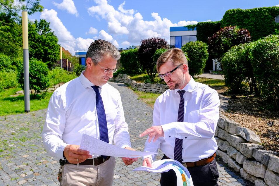 An dieser Stelle, wo sbf-Chef Titus Reime (links) und Planer Kai Hölzig stehen, soll die neue Schwimmhalle gebaut werden.