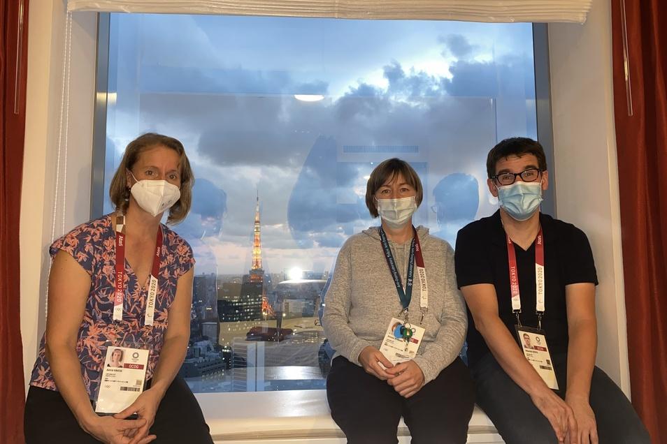 Astrid Knieß (l.) , Simone Reimann und Sebastian Rzeppa in ihrem Hotel in Tokio. Im Hintergrund ist der knapp 333 Meter hohe Tokyo-Tower zu sehen. Erbaut wurde der 1958 nach dem Vorbild des Pariser Eiffelturms.