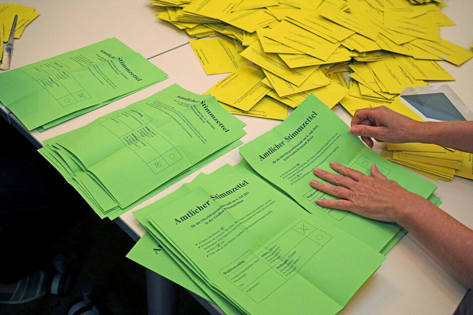 Ein Stapel für Müller, ein Stapel für Hoffmann: In den meisten Riesaer Wahllokalen lieferten sich die beiden OB-Kandidaten am Sonntagabend ein Kopf-an-Kopf-Rennen.