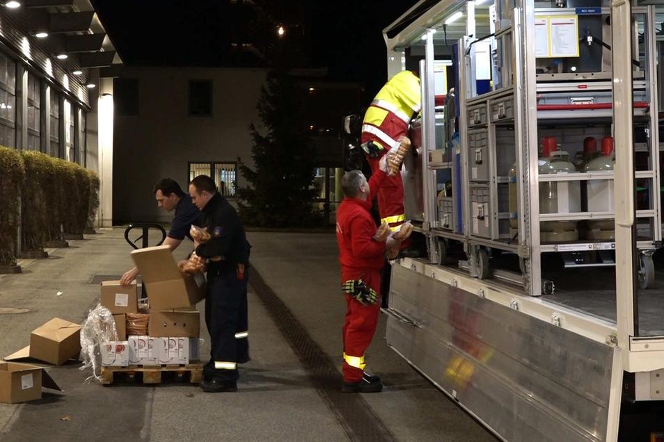 Auf dem Gelände der Feuerwehr Bautzen haben DRK, ASB, Malteser und Falck ihre Feldküchen aufgebaut, um beispielsweise Nudeln und Kaffee zuzubereiten. Mit Transportfahrzeugen wird das Essen dann auf die Autobahn gebracht und verteilt.