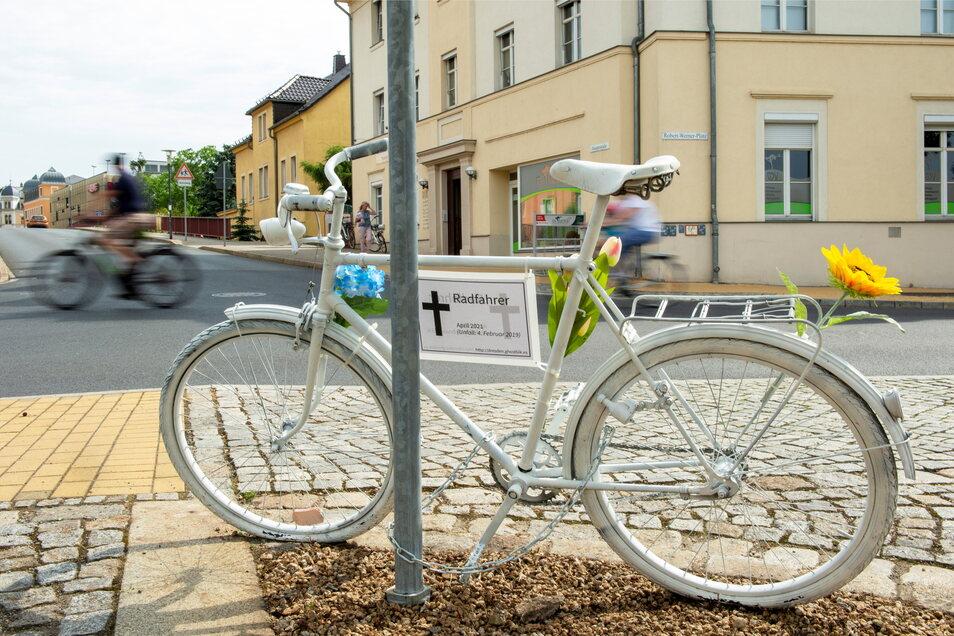 Das weiß lackierte Geisterfahrrad erinnert an der Kreuzung Gartenstraße, Hauptstraße an einen im April verstorbenen Mann. Nach mehr als zwei Jahren hat er den Kampf gegen die an der Stelle bei einem Unfall erlittenen schweren Verletzungen verloren.